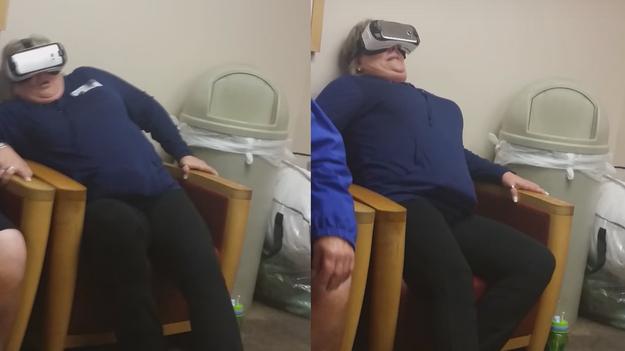 Реакция родителей на американские горки в шлеме VR