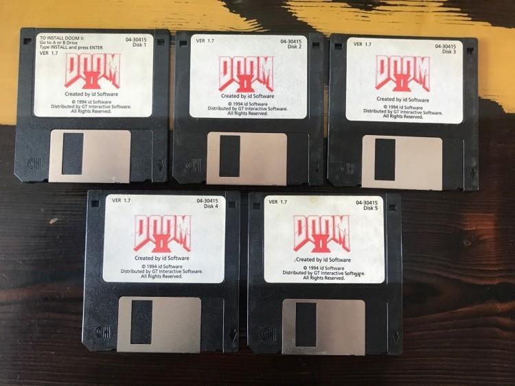 Джон Ромеро продал оригинальные дискеты с Doom 2